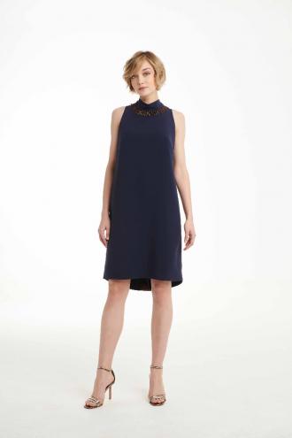 Φόρεμα κρεπ αμάνικο με κροσάκι στη λαιμουδιά